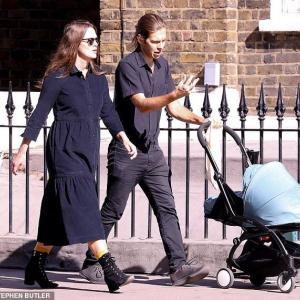 【産まれたばかりの新生児を連れて…!?】キーラ・ナイトレイが夫のジェームズ・ライトンと赤ちゃんと一緒にお出かけ!Keira Knightley and James Righton step out with their baby