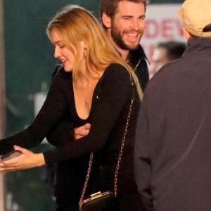 【彼女の胸に顔をうずめて…!?】リアム・ヘムズワースが新恋人と路上キス!Liam Hemsworth kisses Maddison Brown on date