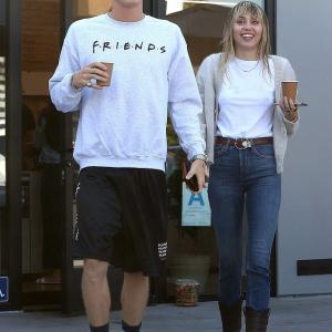 【満面の笑みで交際順調アピール…!?】マイリー・サイラスが新恋人コーディー・シンプソンとお出かけ!Miley Cyrus steps out with Cody Simpson