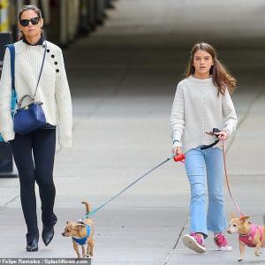 【2人とも不機嫌…!?】ケイティ・ホームズが娘のスリと犬の散歩にお出かけ!Katie Holmes and Suri take their dogs for a walk