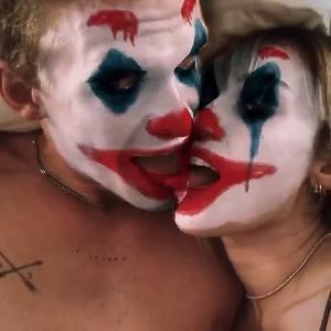 【さすがに気持ち悪い…!?】マイリー・サイラスと新恋人コーディー・シンプソンがキス!Miley Cyrus and Cody Simpson kiss as they eat soup