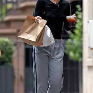 【すっぴんがヤバめ…!?】リリー・ローズ・デップがファストフード店にお出かけ!Lily-Rose Depp picks up fast food