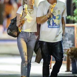 【絡みついてキスしてラブラブ…!?】マイリー・サイラスが恋人のコーディー・シンプソンとお出かけ!Miley Cyrus and Cody Simpson steps out for ice cream date