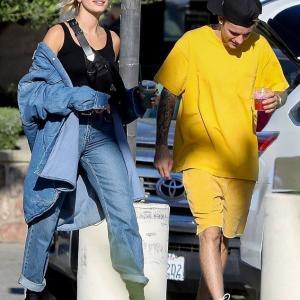 【手をつないでラブラブ…!?】ジャスティン・ビーバーとヘイリー・ビーバーがランチデート!Justin Bieber and wife Hailey step out for lunch