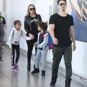 【本当の家族みたい…!?】マライア・キャリーが恋人のブライアン・タナカと子供たちを連れて空港に到着!Mariah Carey touches down in New York