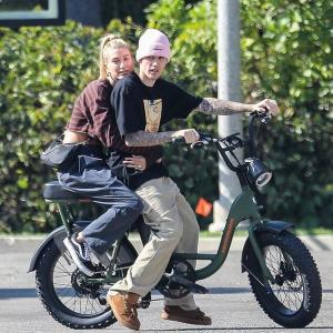 【2人乗りでラブラブ…!?】ジャスティン・ビーバーとヘイリー・ビーバーがビバリーヒルズでお出かけ!Justin Bieber plays around with wife Hailey Baldwin
