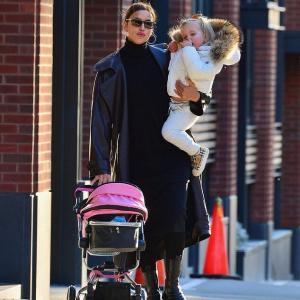 【全身ブランドが激カワなリアちゃん…!?】イリーナ・シェイクが娘のリアとお出かけ!Irina Shayk carries daughter Lea and pushes stroller