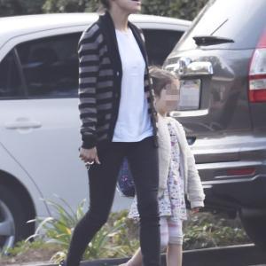 【表情豊かでご機嫌…!?】ミラ・クニスが娘のワイアットとビバリーヒルズでお出かけ!Mila Kunis and Wyatt run errands in Beverly Hills