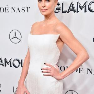【トイレでシャンパン飲む姿までセクシー!?】シャーリーズ・セロンがレッドカーペットに登場!Charlize Theron and Kate McKinnon at Glamour Award