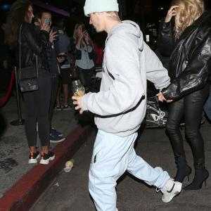【姑とも仲良し…!?】ジャスティン・ビーバーとヘイリー・ビーバーがハンバーガーショップにお出かけ!Justin Bieber enjoys family night with Hailey and Pattie