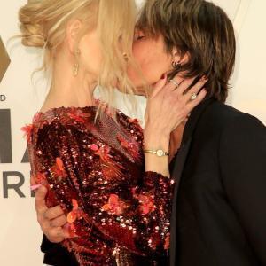 【レッドカーペットで濃厚キス…!?】ニコール・キッドマンとキース・アーバンがCMAアワードに登場!Nicole Kidman and Keith Urban at the CMA Awards