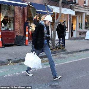 【付き合って初めての誕生日…!?】カイア・ガーバーが恋人のピート・デイビッドソンのバースデーをお祝い!Kaia Gerber steps out in NY