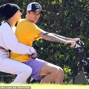 【顔色ヤバめ…!?】ジャスティン・ビーバーとヘイリー・ビーバーが電動チャリでお出かけ!Justin Bieber takes wife Hailey for a ride