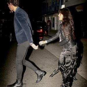 【抱き上げて激しいキス…!?】ショーン・メンデスと恋人のカミラ・カベロがディナーデート!Shawn Mendes and Camila Cabello step out in Santa Monica