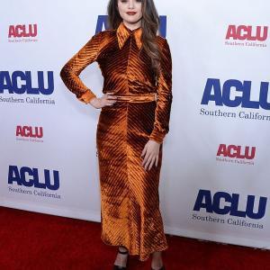 【メークも衣装もイマイチ…!?】セレーナ・ゴメスがレッドカーペットに登場!Selena Gomez at Bill of Rights Dinner