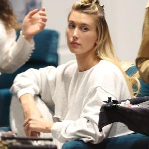 【下着が丸見え…!?】ヘイリー・ビーバーがヘアサロンにお出かけ!Hailey Bieber treats herself to the hair salon