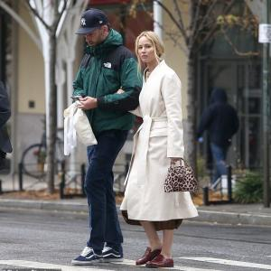 【腕を組んでラブラブ…!?】新婚のジェニファー・ローレンスが夫のクック・マロニーと美術館デート!Jennifer Lawrence enjoys stroll with Cooke Maroney