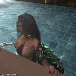 【ビキニからこぼれ落ちそう…!?】リアーナがホテルのプールでバケーション!Rihanna wears tiny bikini during late-night swim