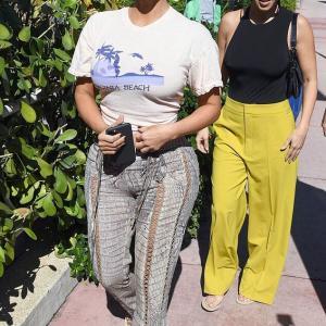 【不自然体型を強調…!?】キム・カーダシアンが姉コートニーとマイアミでお出かけ!Kim Kardashian steps out with Kourtney in Miami