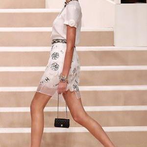 【ブラレスファッションが大胆…!?】ジジ・ハディッドとカイア・ガーバーがシャネルのファッションショーに登場!Gigi Hadid and Kaia Gerber at Chanel's fashion show