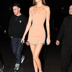 【すんごい美脚…!?】ケンダル・ジェンナーがマイアミでディナーにお出かけ!Kendall Jenner steps out for a dinner in Miami