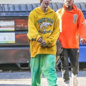 【どんどん痩せてきてる…!?】ジャスティン・ビーバーとヘイリー・ビーバーがLAでお出かけ!Justin Bieber and wife Hailey step out in LA
