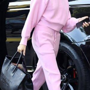 【めちゃめちゃ眠そう…!?】ジャスティン・ビーバーとヘイリー・ビーバーがLAでお出かけ!Hailey and Justin Bieber step out in LA