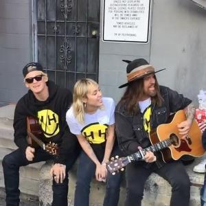 【家族ぐるみの付き合い…!?】マイリー・サイラスと恋人のコーディー・シンプソンがチャリティイベントにお出かけ!Miley Cyrus and Cody Simpson at her charity event