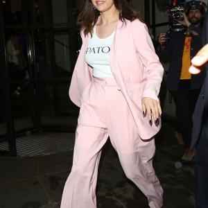 【顔がまん丸…!?】セレーナ・ゴメスがロンドンでお出かけ!Selena Gomez steps out in London