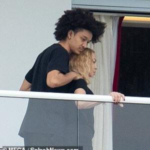 【35歳下彼氏とイチャイチャ…!?】マドンナが娘ローデスとマイアミでバケーション!Madonna cozies up to Ahlamalik Williams