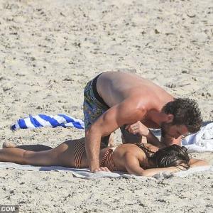 【覆いかぶさってキス…!?】リアム・ヘムズワースが新恋人モデルとバイロンベイでバケーション!Liam Hemsworth kisses Gabriella Brooks at Byron bay
