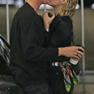 【リアムに対抗してキスしまくり…!?】マイリー・サイラスが恋人のコーディー・シンプソンと病院にお出かけ!Miley Cyrus plants a kiss on Cody Simpson