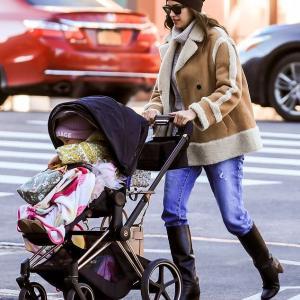 【全身ブランドの2歳児…!?】イリーナ・シェイクが娘のリアとお出かけ!Irina Shayk steps out in New York with daughter Lea