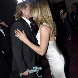 【元妻とイチャイチャ…!?】ブラッド・ピットとジェニファー・アニストンがSAGアワードの授賞式に登場!Brad Pitt and Jennifer Aniston at the SAG Awards