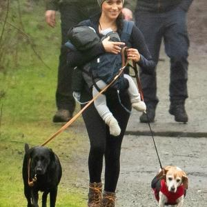【抱っこひも使ったことなさそう…!?】英王室離脱のメーガン妃が息子のアーチーを抱っこしてお出かけ!Meghan Markle with Archie in a baby carrier