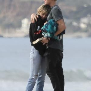 【抱き合ってラブラブ…!?】水着姿のマイリー・サイラスとコーディー・シンプソンがマリブビーチにお出かけ!Miley Cyrus and Cody Simpson on beach trip