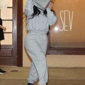 【顔がブツブツ…!?】キム・カーダシアンが脱毛サロンにお出かけ!Kim Kardashian visits hair removal salon in LA