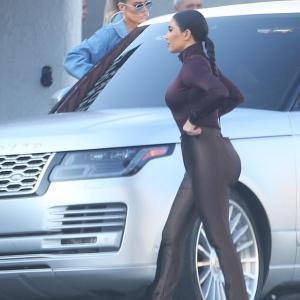 【腰に何か入ってそう…!?】キム・カーダシアンが妹クロエとショッピングにお出かけ!Kim Kardashian and sister Khloe step out for shopping