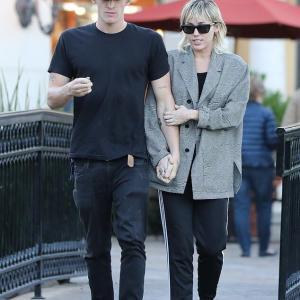 【腕を組んでラブラブ…!?】マイリー・サイラスと恋人のコーディー・シンプソンがディナーデート!Miley Cyrus and Cody Simpson on dinner date in Calabasas