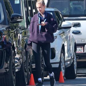 【表情けわしい…!?】ヘイリー・ビーバーがワークアウトにお出かけ!Hailey Bieber steps out for workout