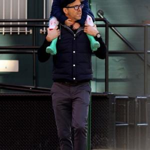 【眠そうで激カワ…!?】ライアン・レイノルズが娘のジェームズとお出かけ!Ryan Reynolds enjoys lunch date with his daughter