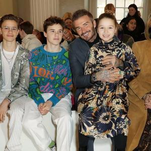 【カーテン生地みたいなハーパー!?】ベッカム一家がビクトリアのファッションショーに登場!Beckhams at Victoria's LFW show
