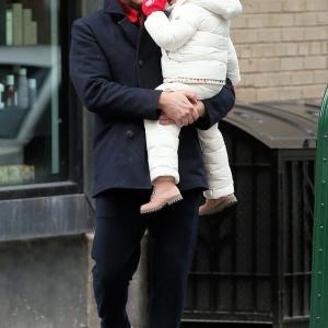 【眠そうで激カワ…!?】ブラッドリー・クーパーが娘のリアとお出かけ!Bradley Cooper carries daughter Lea