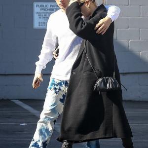 【顔を隠して深刻…!?】ジャスティン・ビーバーとヘイリー・ビーバーがビバリーヒルズでランチデート!Justin Bieber steps out for lunch with Hailey