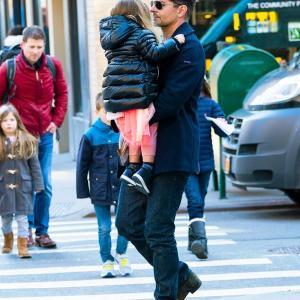 【イクメンぶりがスゴい…!?】ブラッドリー・クーパーが娘のリアとお出かけ!Bradley Cooper carries daughter Lea in New York