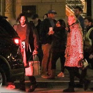 【交際順調…!?】キアヌ・リーブスがグレイヘアの恋人とホテルからお出かけ!Keanu Reeves steps out with Alexandra Grant