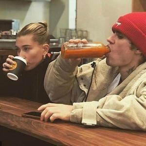 【過密スケジュール…!?】ジャスティン・ビーバーとヘイリー・ビーバーがプライベートジェットでお出かけ!Justin Bieber steps off private jet with Hailey
