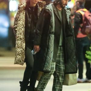 【お母さんかおばあちゃんみたい…!?】キアヌ・リーブスがアーティストの恋人と深夜にお出かけ!Keanu Reeves is seen with girlfriend Alexandra Grant