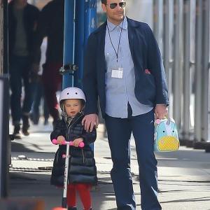 【イクメンぶりがスゴい…!?】ブラッドリー・クーパーが娘のリアとお出かけ!Bradley Cooper carries daughter Lea