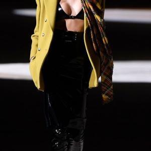 【見せブラでグラマラスに…!?】カイア・ガーバーがサンローランのランウェイに登場!Kaia Gerber at the Saint Laurent show in Paris